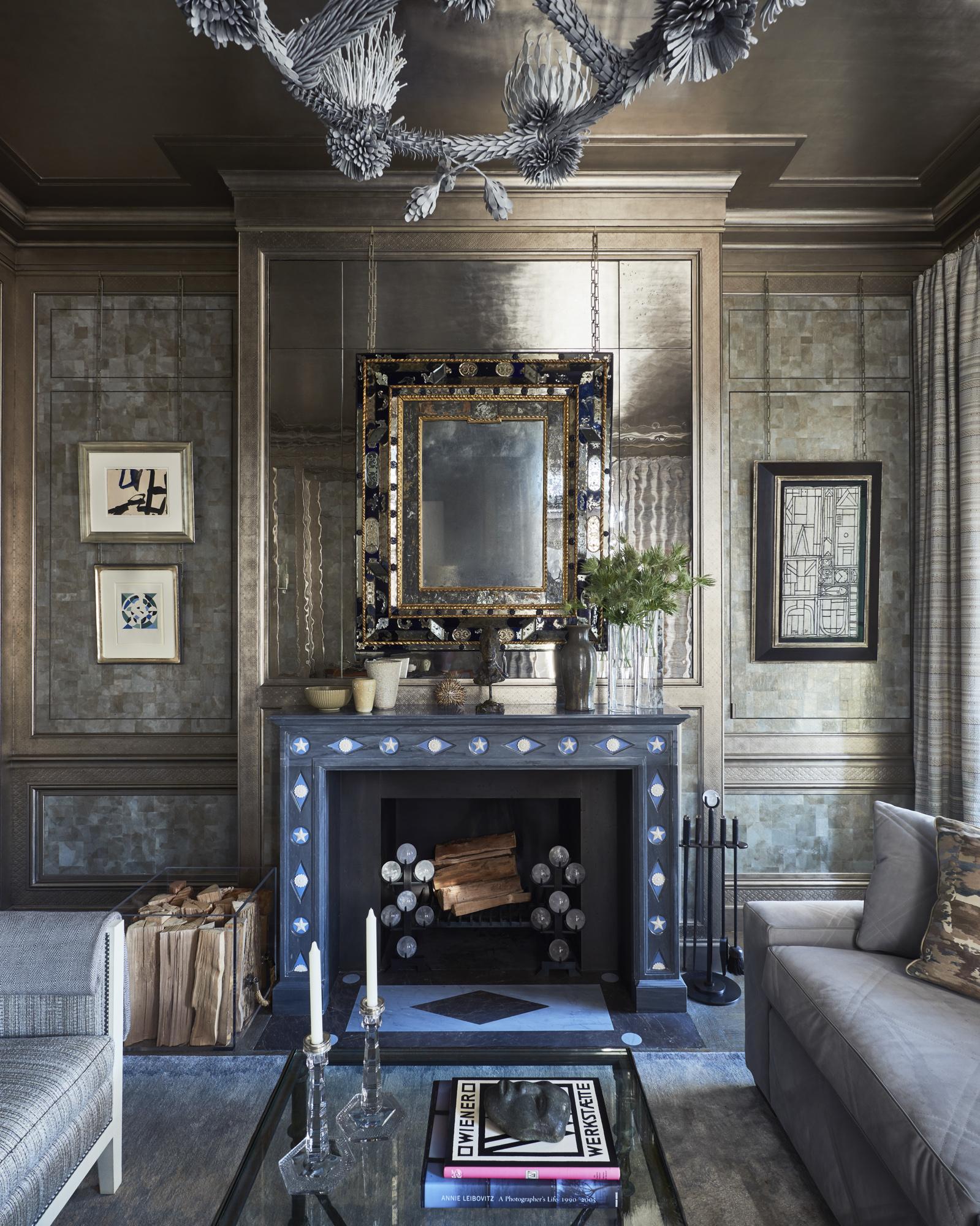 Cheminée Emilio Terry en marbre bleu avec des décorations en forme de losanges et rosaces