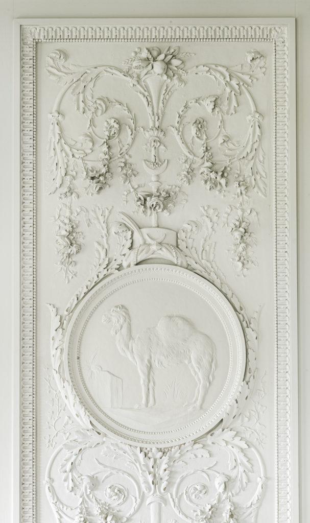 """Reproduction d'un panneau de la boiserie """"Les 4 continents"""" de Claude Nicolas Ledoux, détail du décor de la salle à manger"""