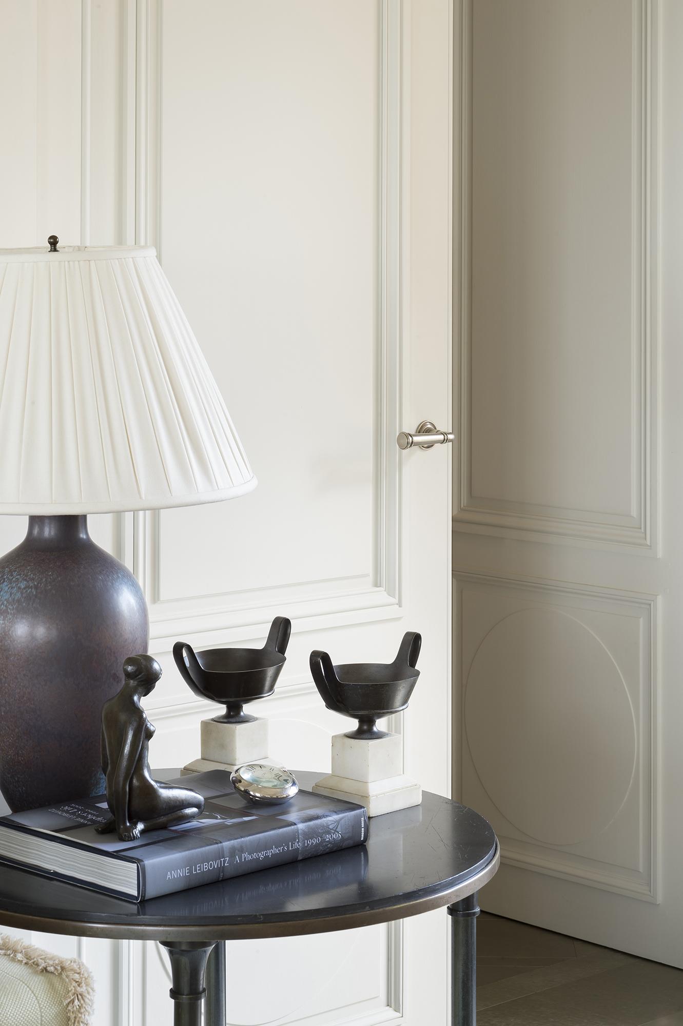 Double porte chêne peint blanc, modernité lignes néoclassiques sobres, intérieur privé, New York