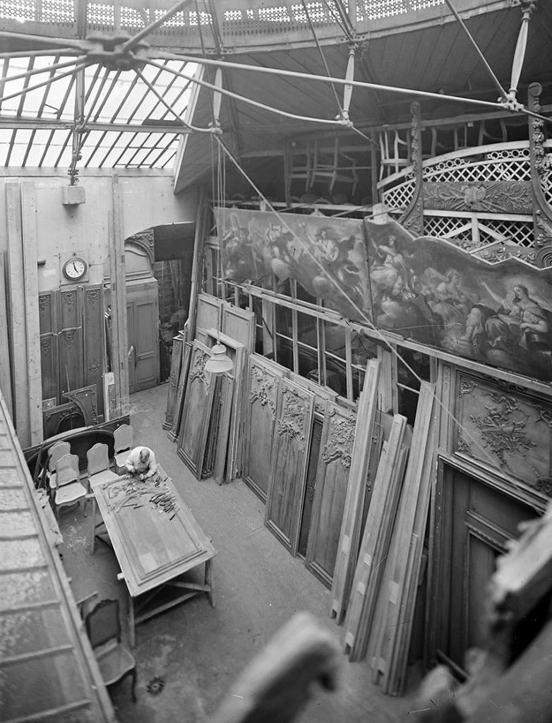 Sculpture artisanale panneau de chêne, ateliers Féau Boiseries, photo d'archive