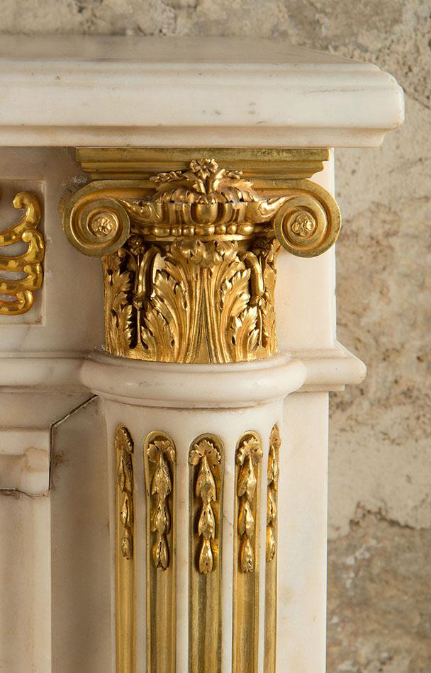 Cheminée marbre blanc Pierre Gouthière, détail sertissage bronze, collection Feau