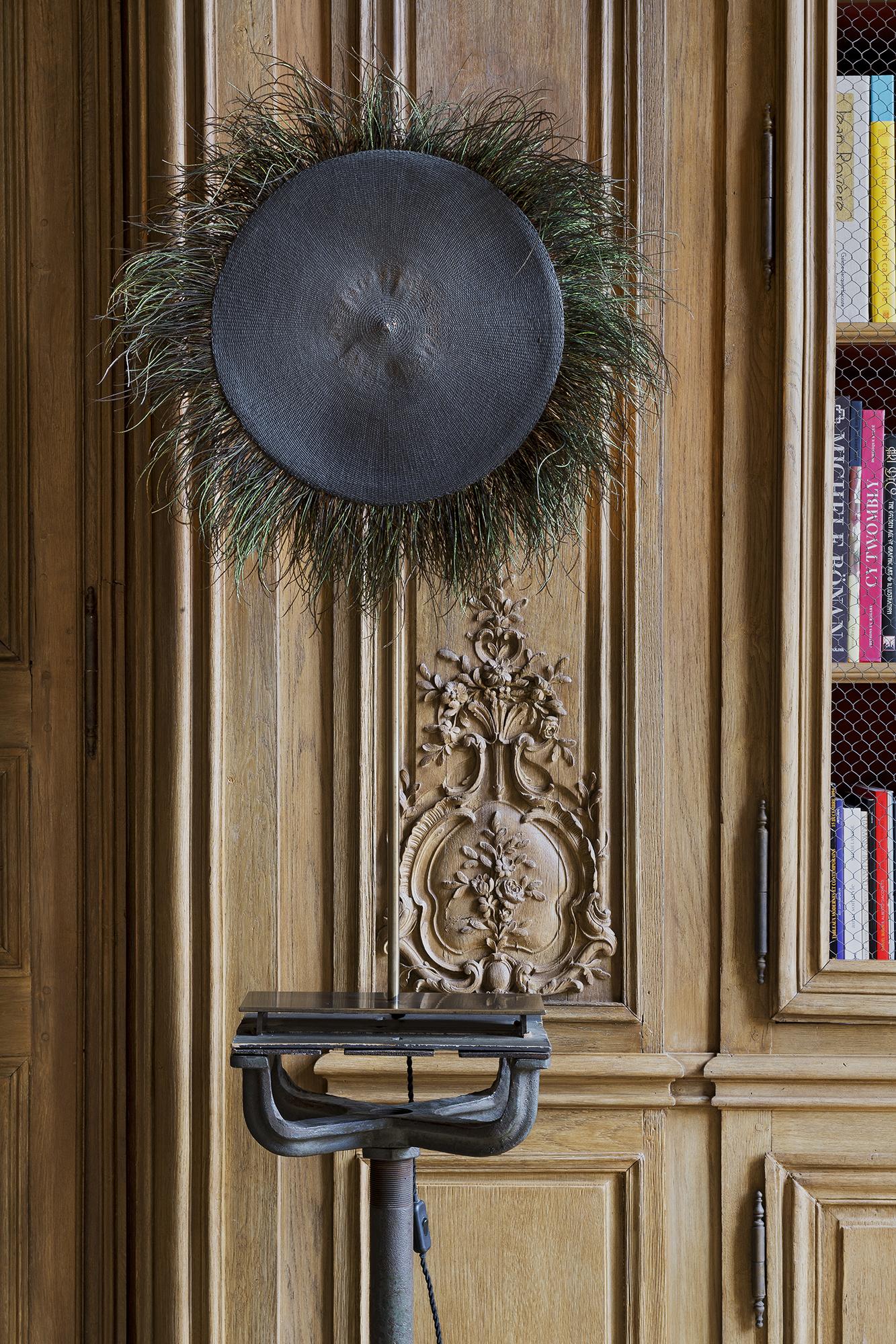 Détail d'une bibliothèque de style Louis XV installée et restaurée par Féau Boiseries