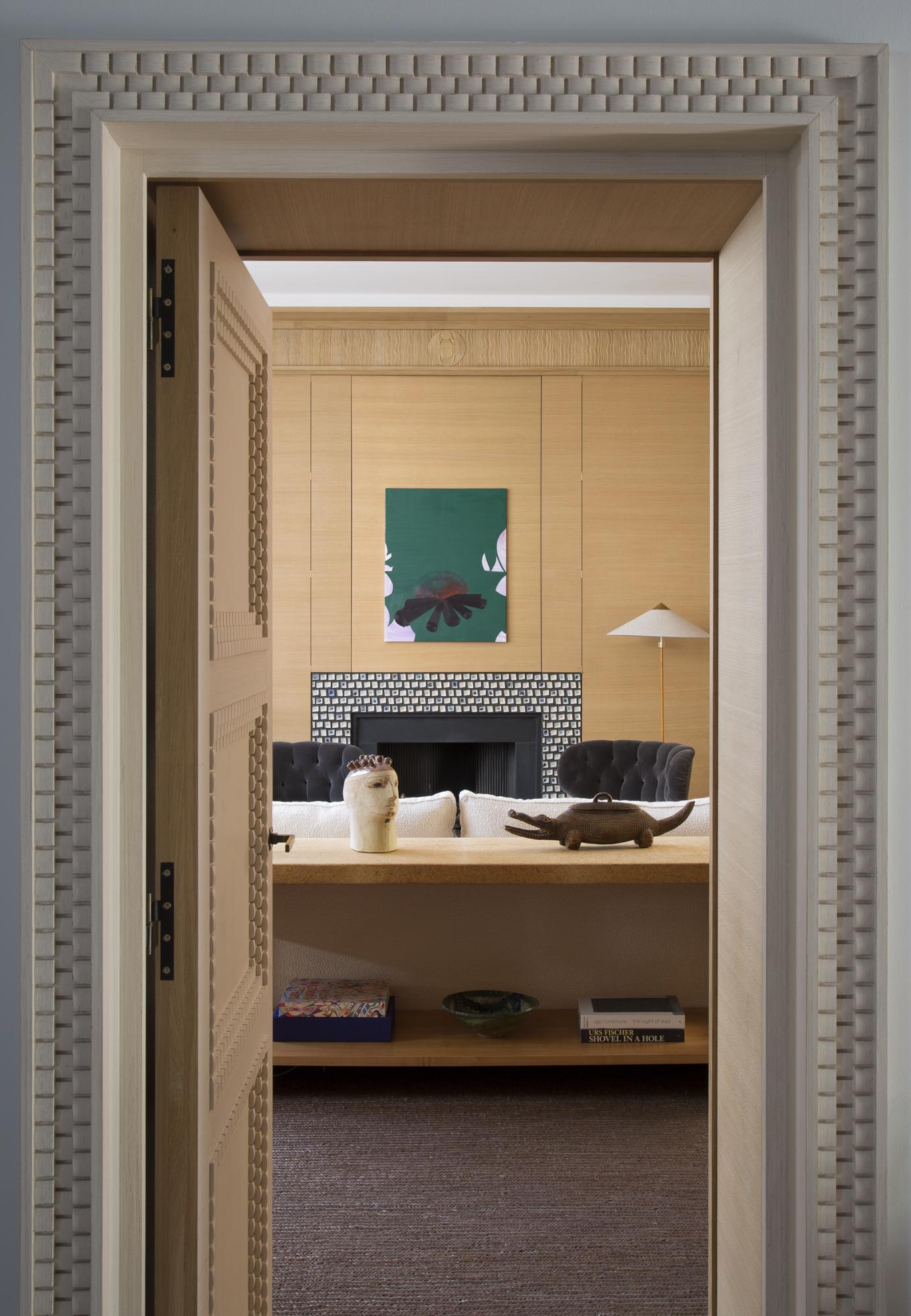 Encadrement de porte créé par Féau Boiseries en s'inspirant d'un des motifs Art Déco d'Emile-Jacques Ruhlmann