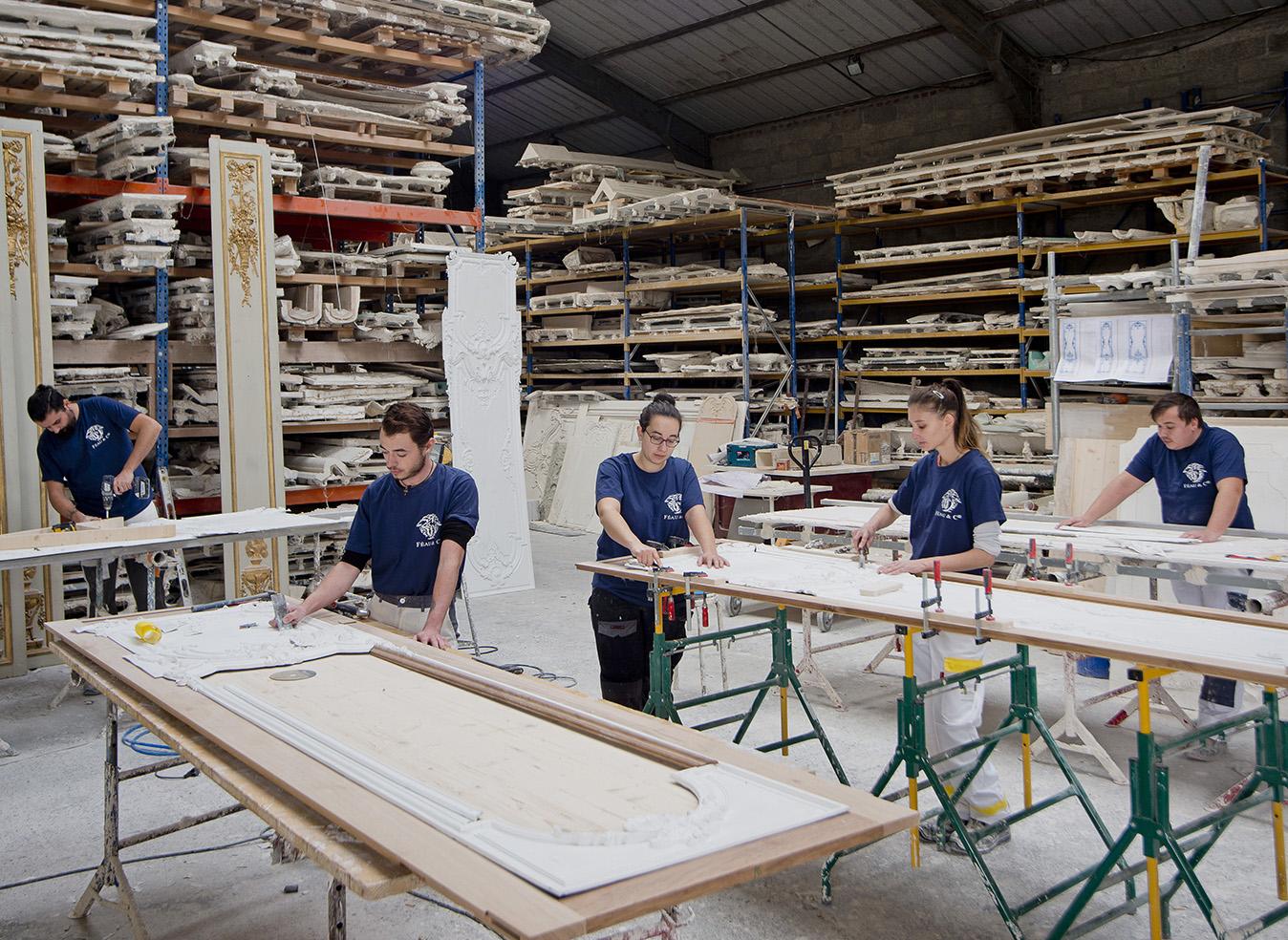 Atelier staff Féau Boiseries, grande collection de moules en arrière plan
