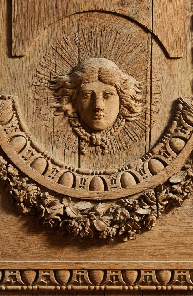 Détail porte chêne sculpté XVIIe Apollon Rayonnant attribué Claude Nicolas Ledoux