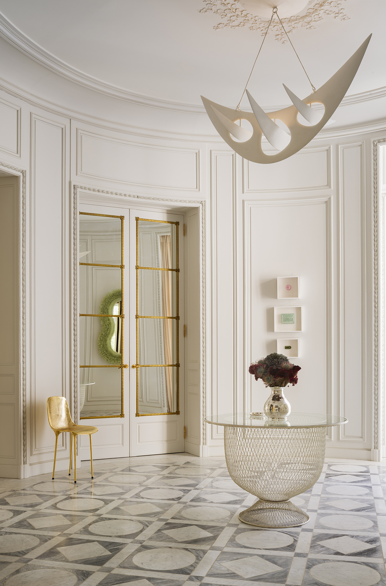 Circular entrance lobby in haute-couture Paris