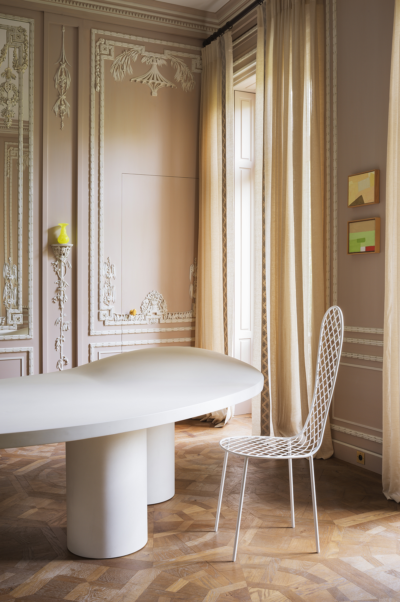 Dining room with chinoiserie touches, in Paris