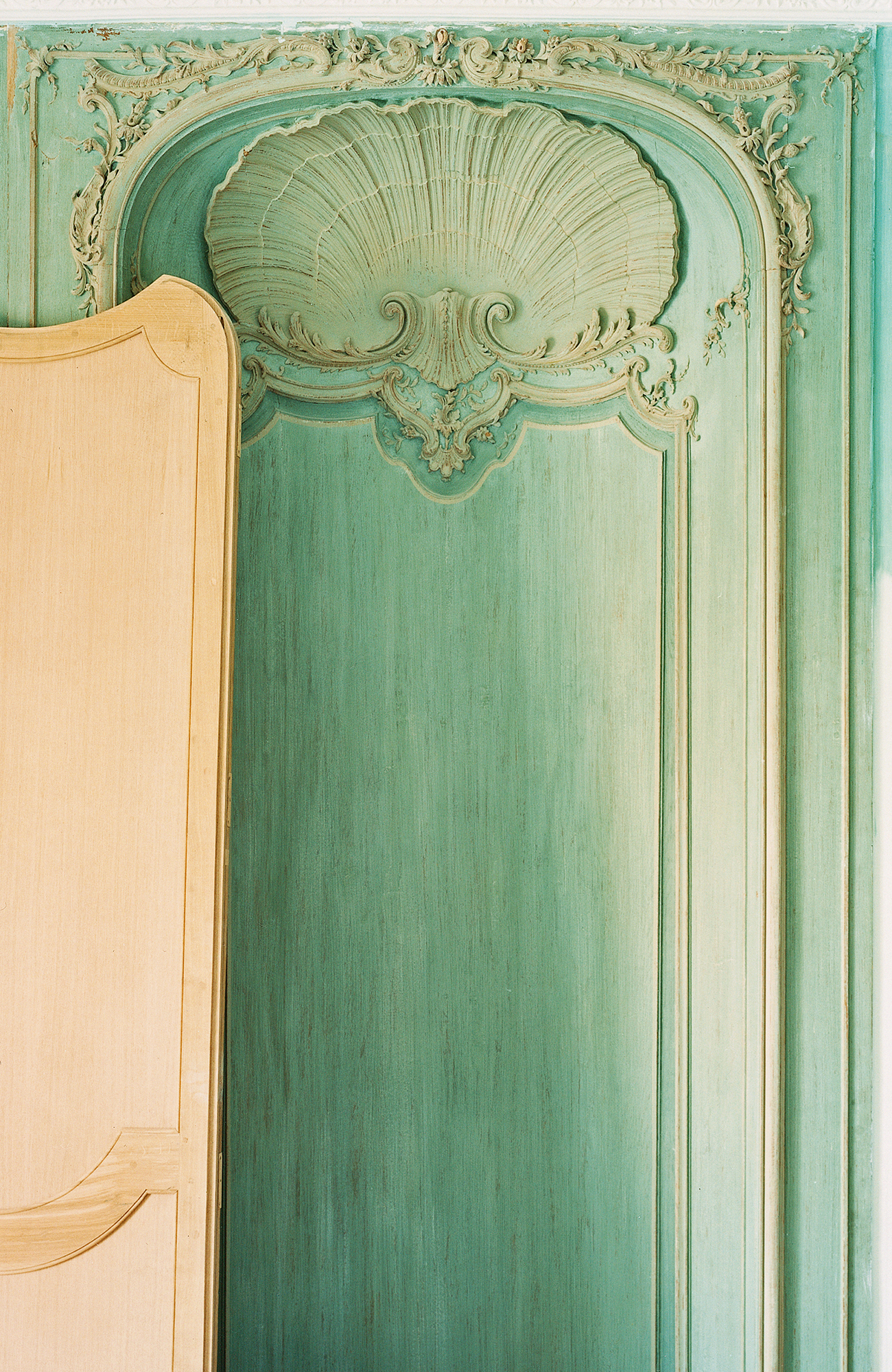 Ascenseur sur-mesure chêne sculpté, boiseries style néoclassique XVIIIe, inspiration Place Vendôme