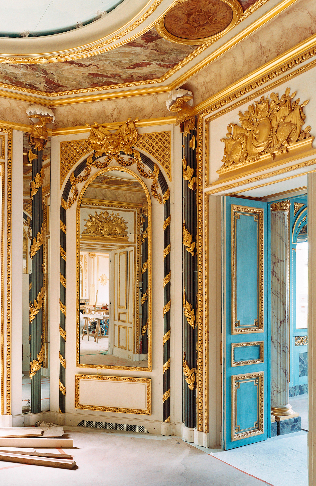 Chinese-style salon, 18th-century Régence-style paneling, wood painted white and gold, from Place Vendôme, Féau collection