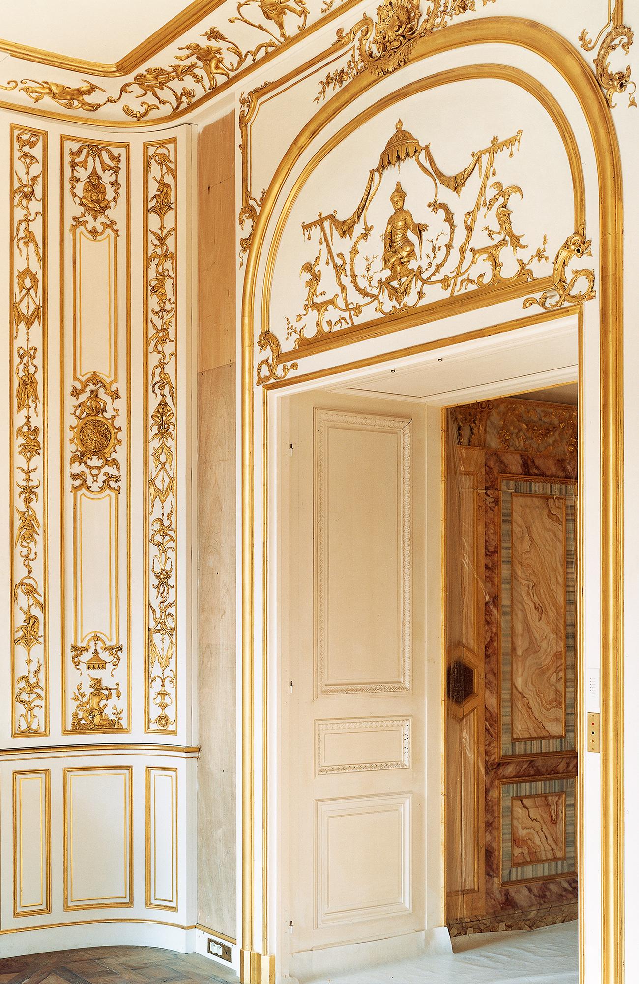 Luxueux panneaux boiseries XVIIIe, bois peint blanc doré à l'or, style Rocaille, intérieur privé, France
