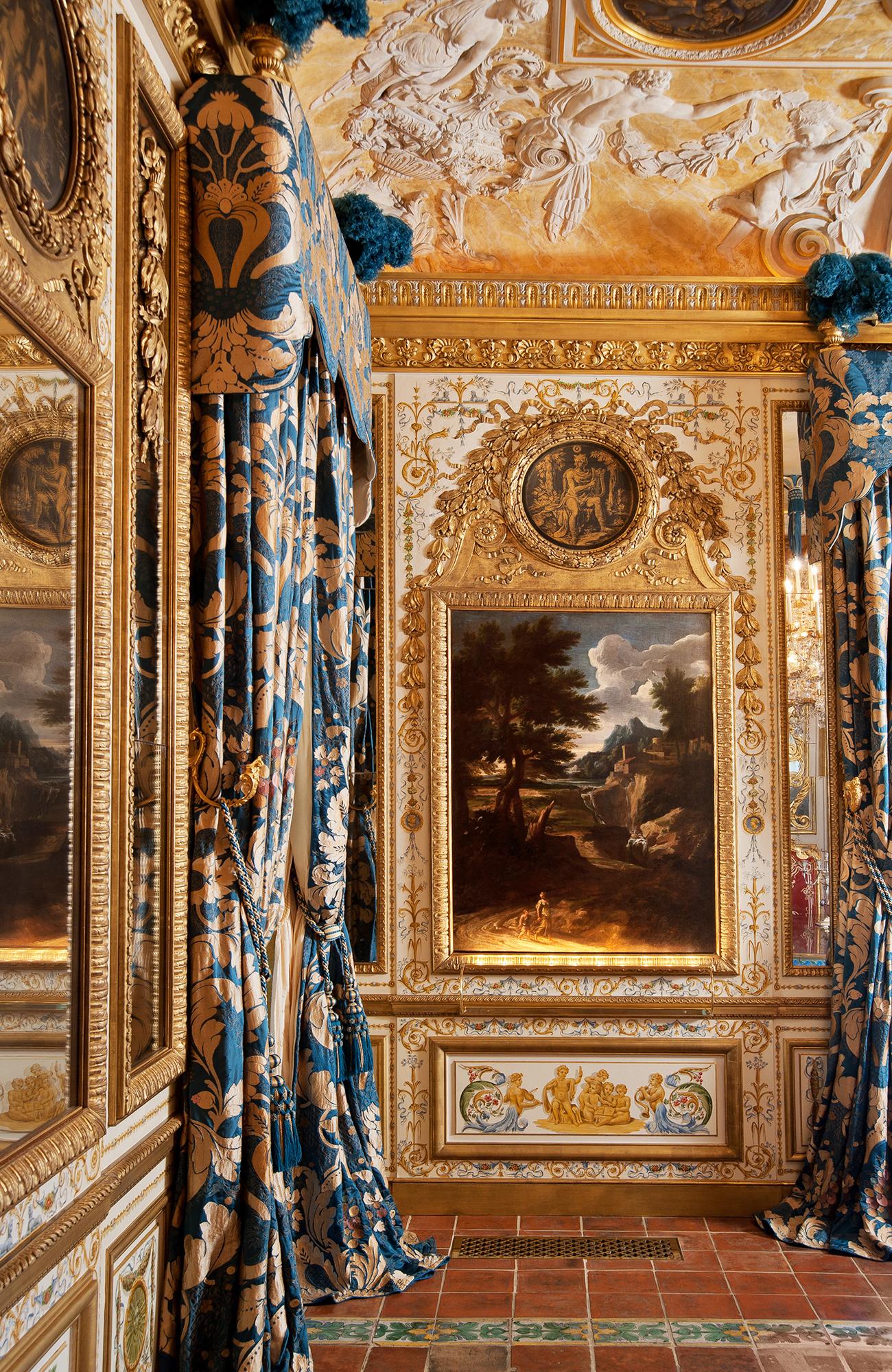 Luxueux décor boiseries, panneaux, corniches, plafond bois peint et doré, intérieur privé, France