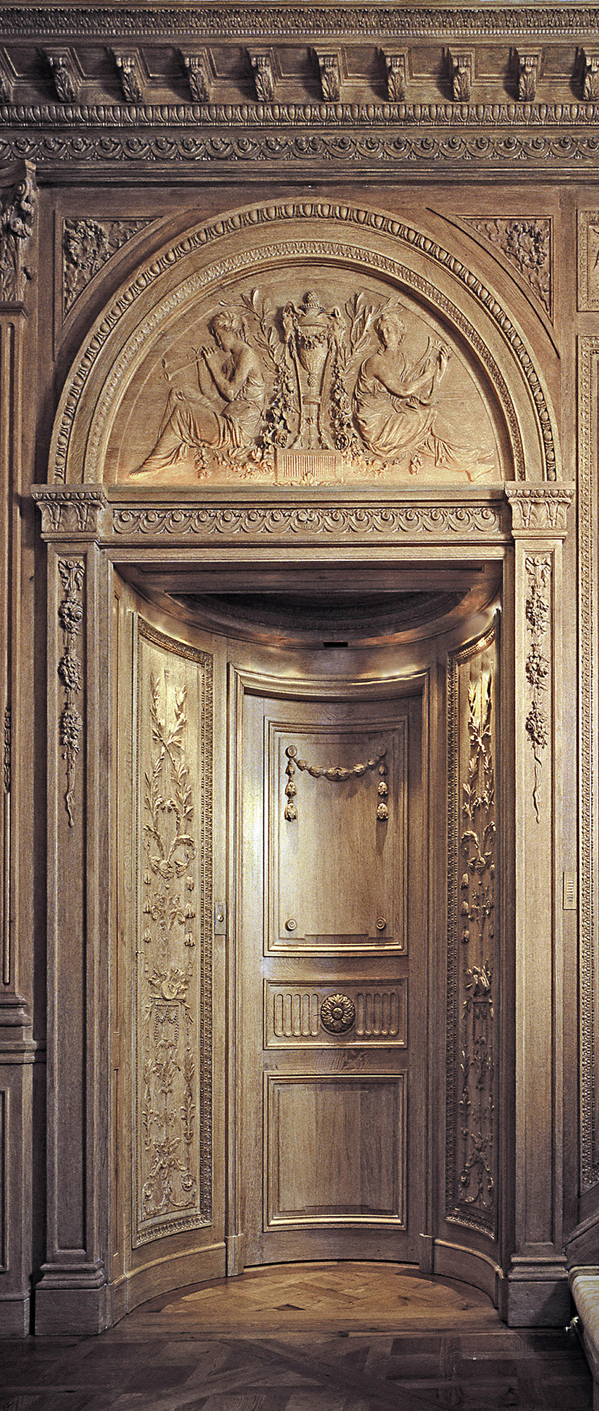 Spectacular panels and door, painted gilded wood, 18th century, Féau collection, from Place Vendôme