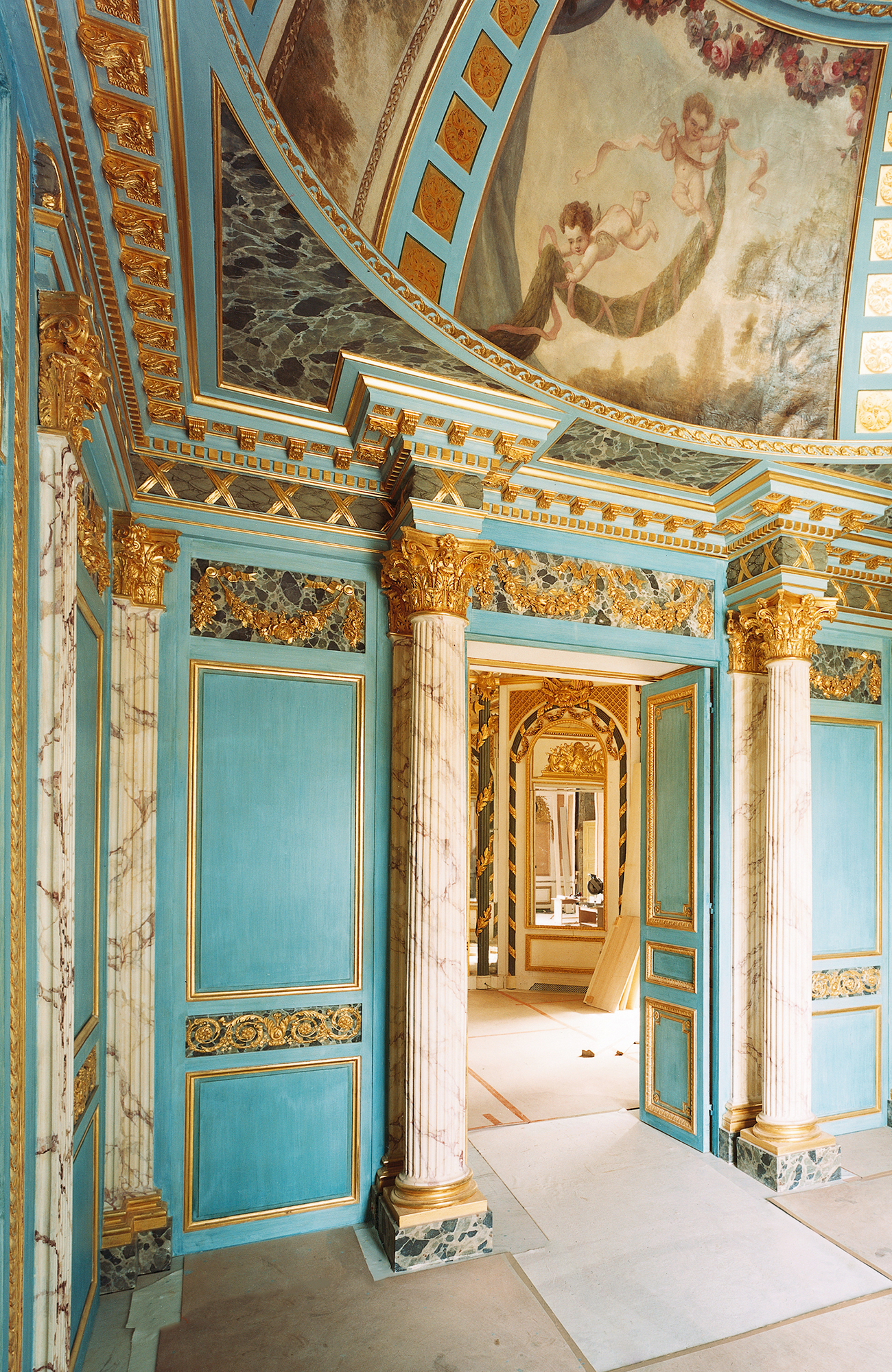 Spectacular lobby, neoclassical columns, 17th-century cupola, double door, capitals, painted blue and gold