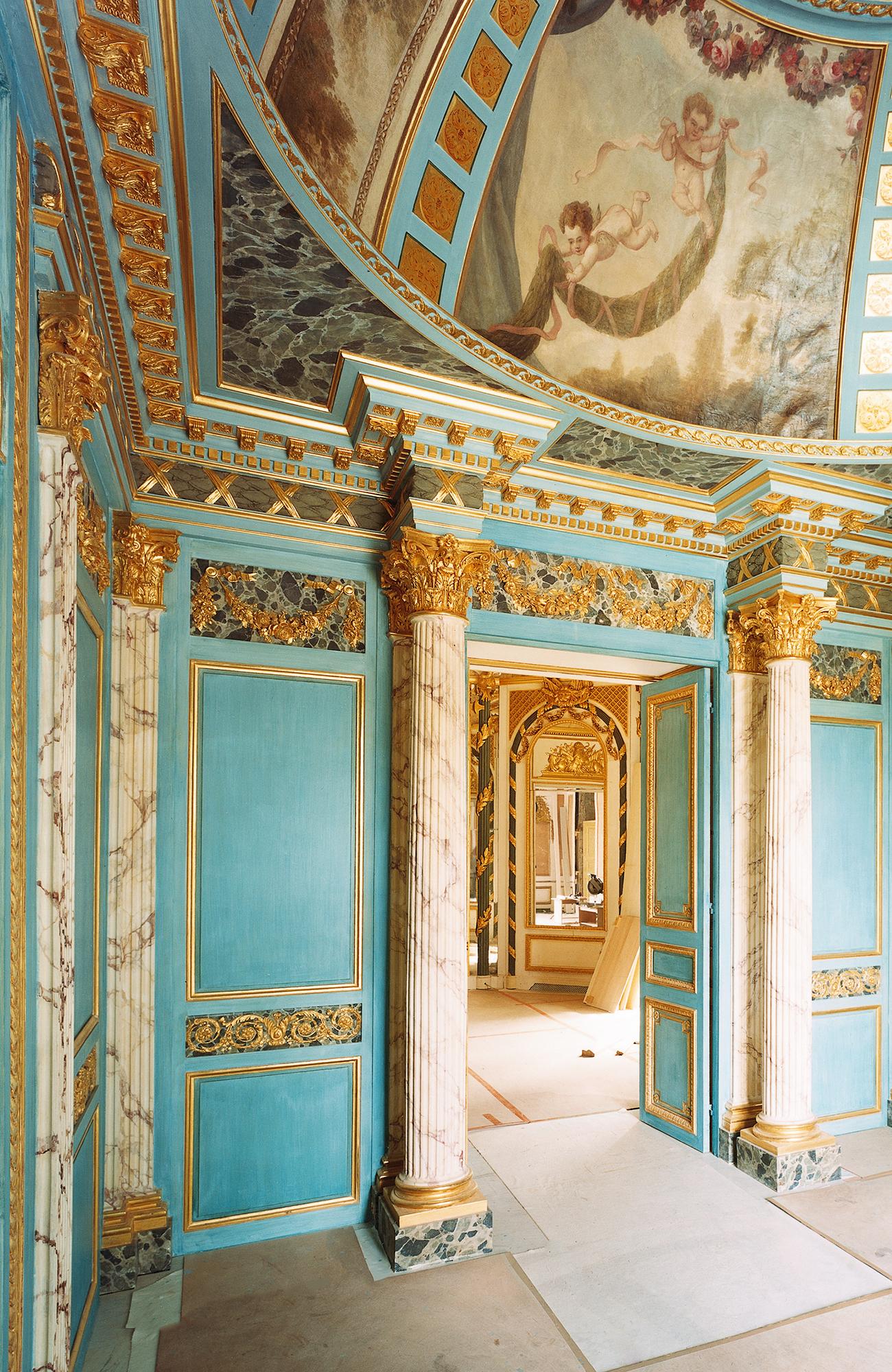 Spectaculaire entrée, colonnes néoclassiques, coupole XVIIe, double porte, chapiteaux, peinture bleue et dorée