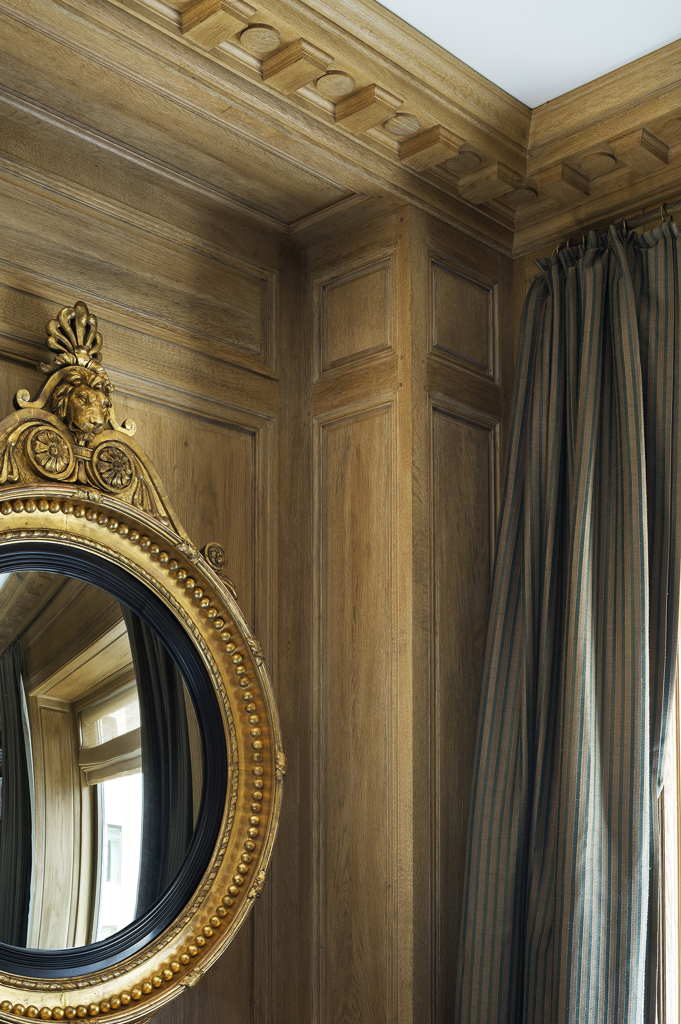 Cornice copied from the one conceived by Christian Dior and his decorator Georges Geffroy for the boutique avenue Montaigne. Louis XVI-style solid oak scheme with natural patina and wave-motif dado frieze.